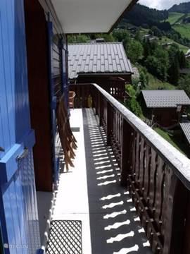Balkon op eerste  verdieping rondom het chalet