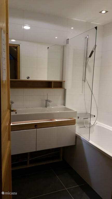 grote badkamer met ligbad
