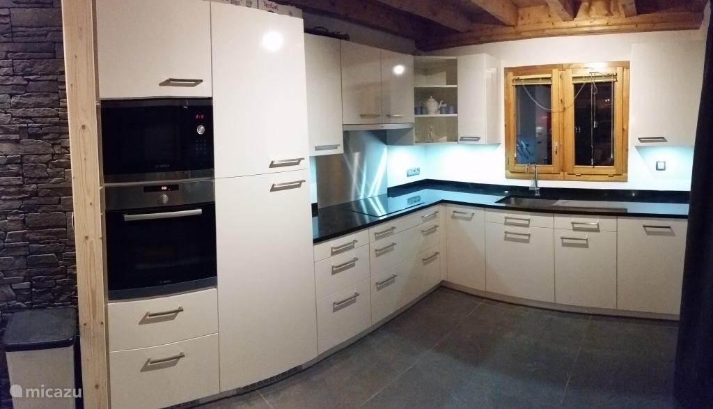 nieuwe keuken van alle gemakken voorzien, volledig uitgerust