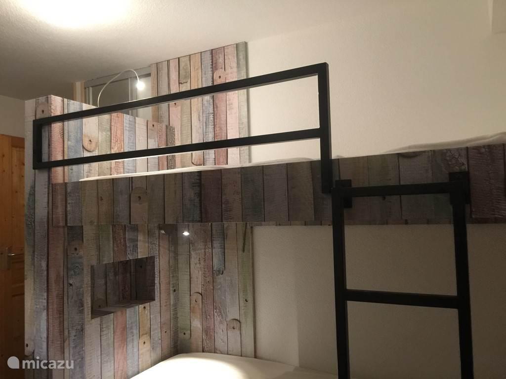 1 slaapkamer heeft design-/handgemaakte stapelbedden voor de jongere gasten
