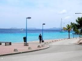 Faricha Apartments Bonaire US$ 50.00- per nacht  Appartement + Zwembad inclusief, water, wifi, TV en 100 meter van de Caribische zee.  Vanaf de Porche een mooi uitzicht op de bootjes in Harbour village.