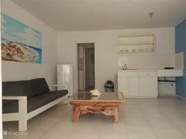 Appartement met aparte slaapkamer. Keuken, 2 pits gasstel, koelkast en een Flatscreen met 80 kanalen.