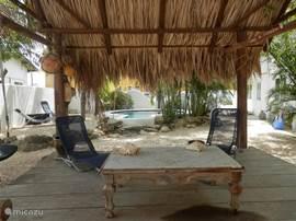 Heerlijk relaxen in de palapa-hut. Hier kunt u lekker WIFI gebruiken of een boek lezen.