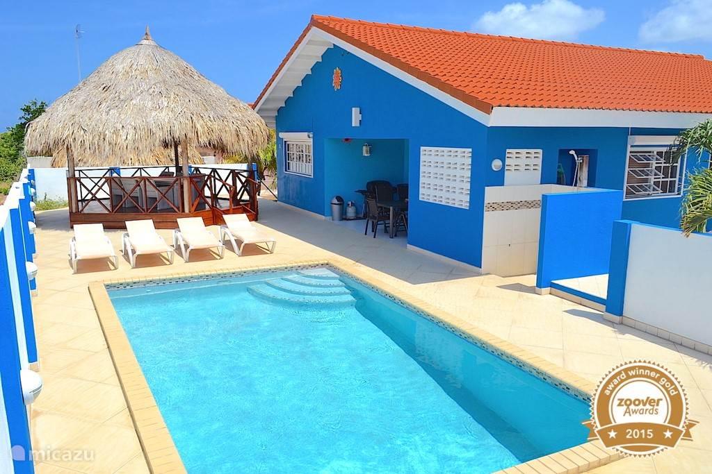 Villa Blou Curacao, met een privé zwembad aan de achterkant van het huis met 100% privacy. Gezellige palapa en schaduwrijke porch. Centraal gelegen op Curacao waardoor u eenvoudig het hele eiland kunt verkennen. Al drie jaar Zoover Award Winner beste verhouding prijs/service/kwaliteit. Favoriet