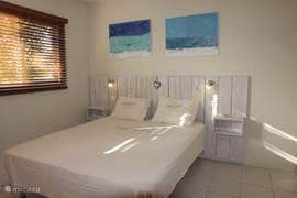 De masterbedroom heeft een tweepersoonsbed. Aangrenzend is de eigen badkamer met toilet en douche welke is voorzien van een warmwaterinstallatie.