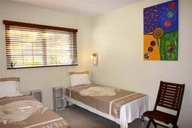 Op de middelste slaapkamer vindt u twee éénpersoons boxspringbedden. Alle slaapkamers zijn voorzien van split-airco systemen (minder geluid), stoelen en een grote kledingkast.