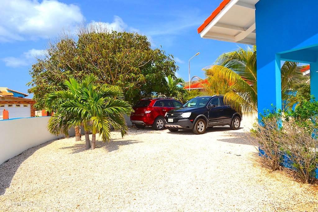 Villa Blou Curacao staat op een zeer ruime kavel, waardoor er volop ruimte rond om het vakantiehuis is.