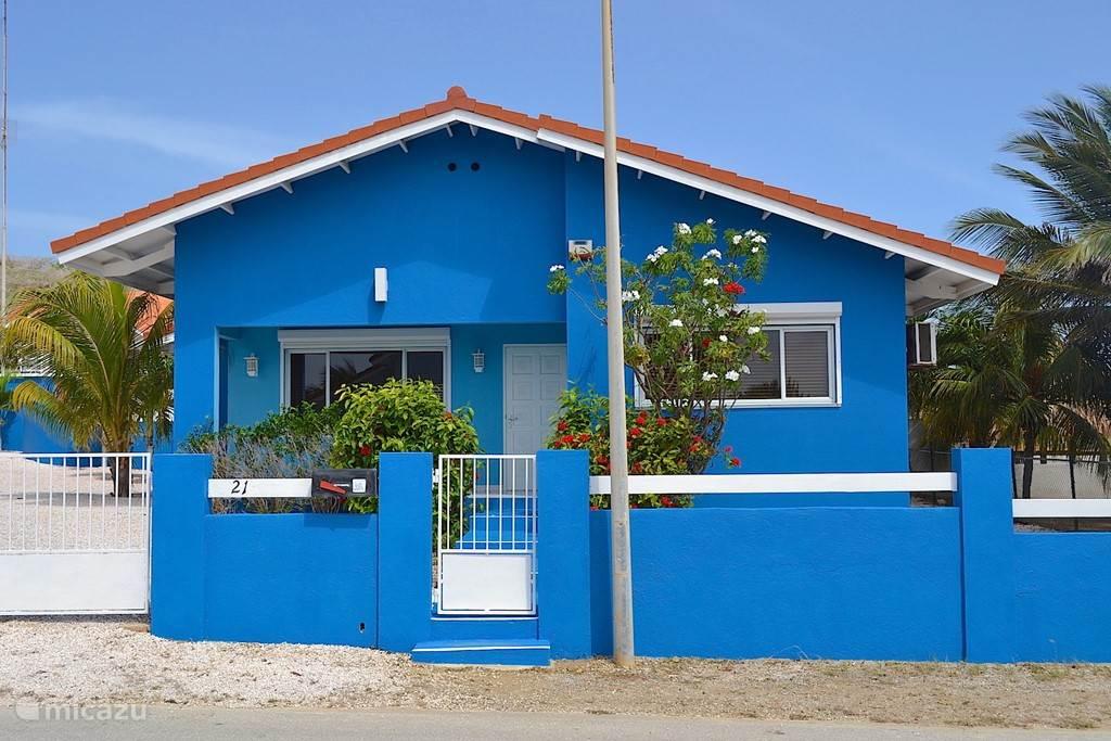 Villa Blou Curacaois volledig ommuurd. Gelegen in een rustige woonhofje van plm. 40 woningen.
