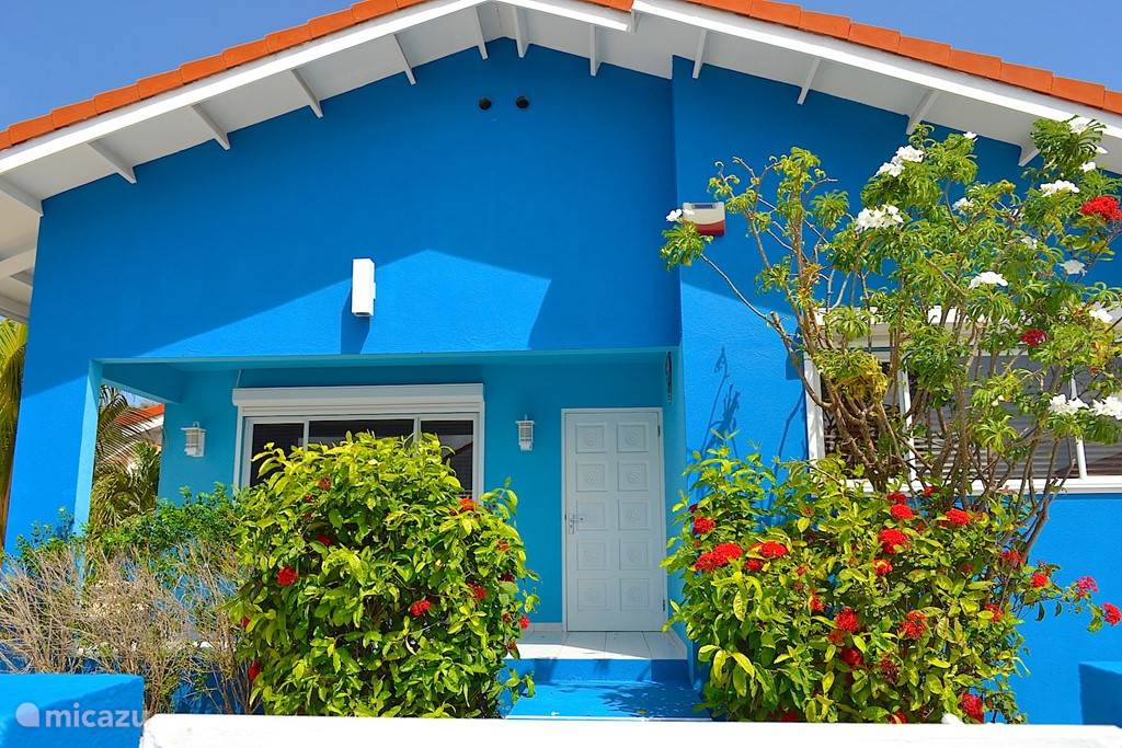 Villa Blou Curacao, de voorkant van het huis met bloemrijke entree.