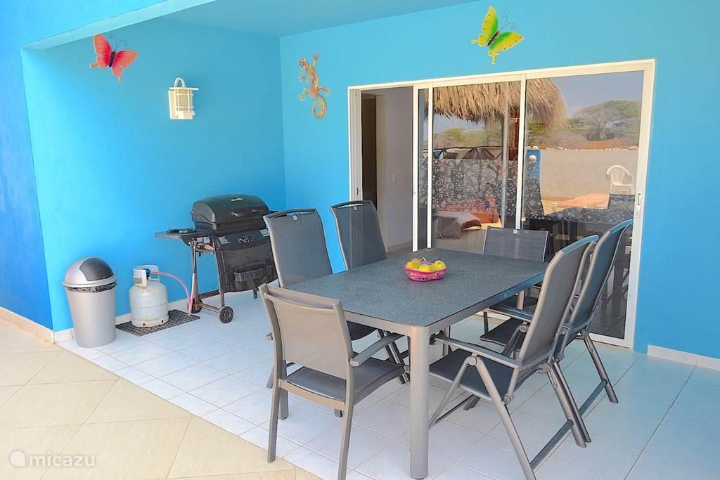 Villa Blou Curacao, de achterporch is een schaduwrijke plek uit de wind.