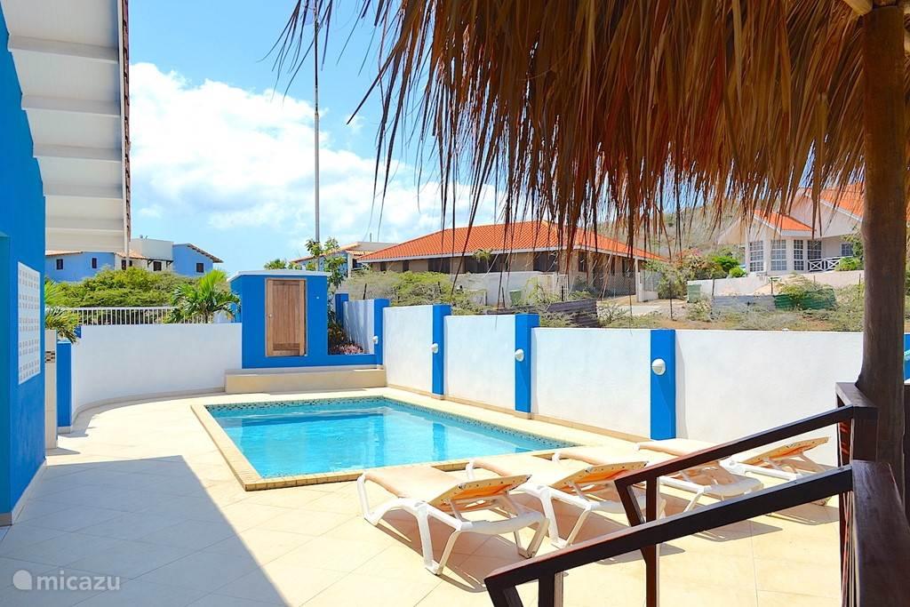 Villa Blou Curacao, zicht vanuit de schaduwrijke palapa.
