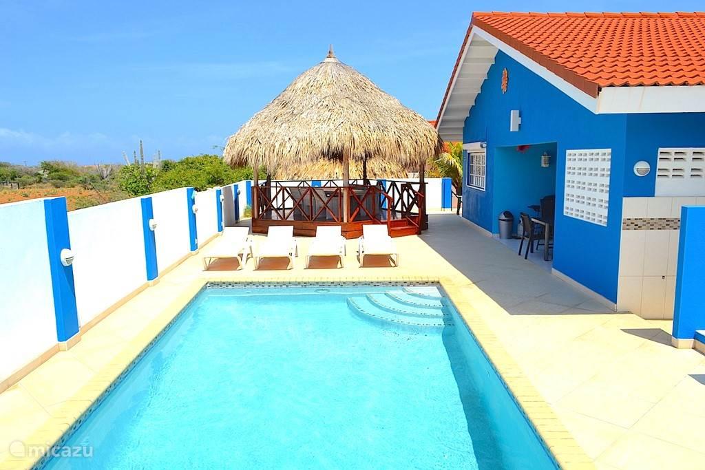 Villa Blou Curacao heeft een royaal formaat zwembad met verlichting.