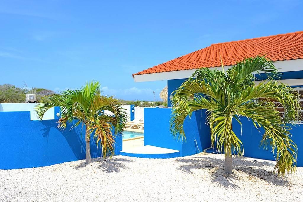 Villa Blou Curacao, de doorgang naar het terras met zwembad.