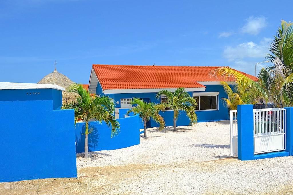 Villa Blou Curacao, ruime parkeerplaatsen op het eigen terrein.