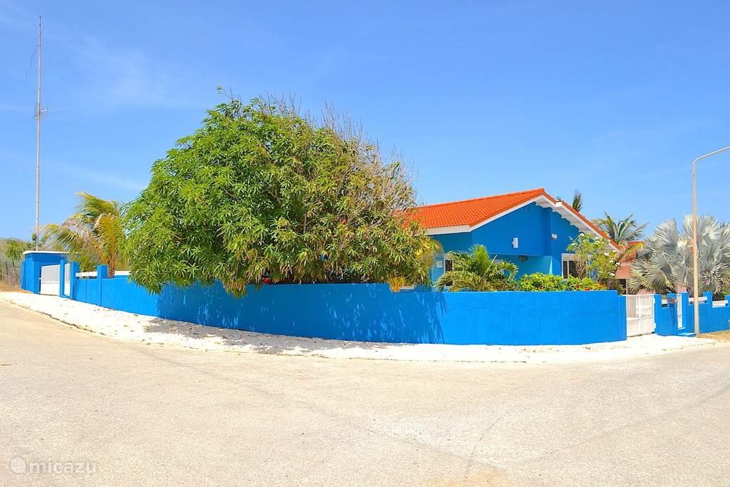 Villa Blou Curacao zicht op de zijkant.