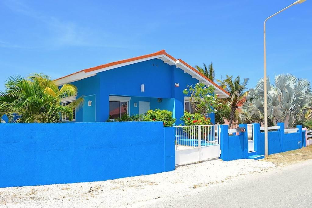 Villa Blou Curacao, zicht op de voorzijde. Ook hier een hek voor toegang tot parkeerruimte.