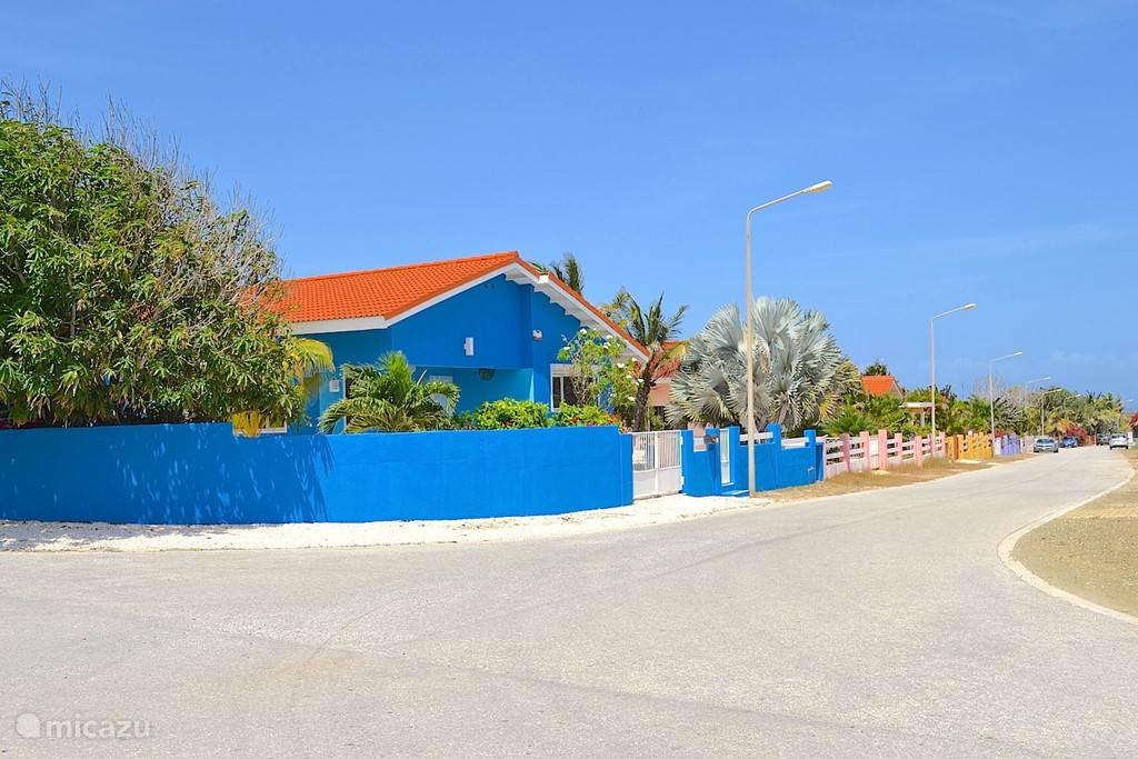 Villa Blou Curacao  is volledig ommuurd. Het parkeerterrein wordt afgesloten met een hek.