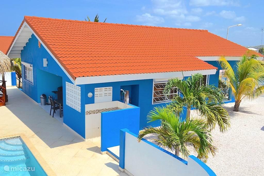 Villa Blou Curacao met zicht op de buitendouche.