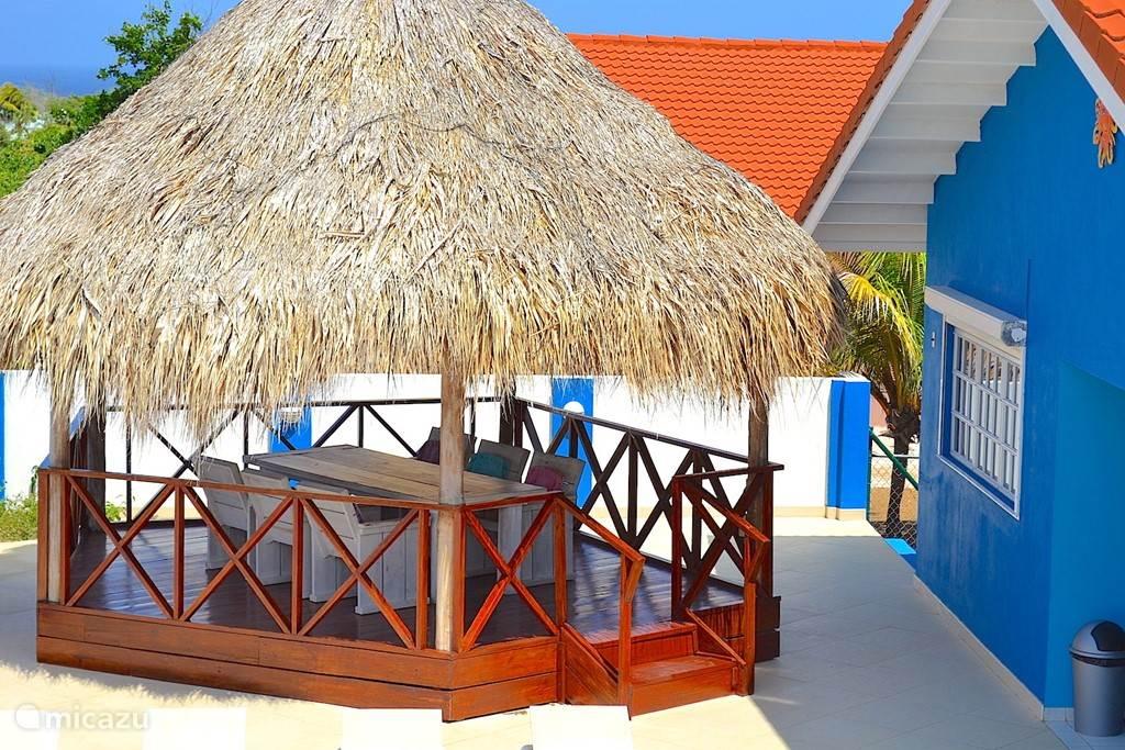 Villa Blou Curacao met een zeer gezellige palapa voor een plek in de schaduw en in de verkoelende wind.