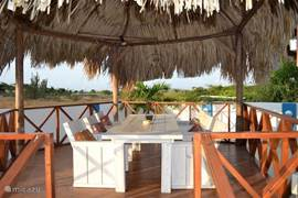 In de palapa zit u heerlijk in de schaduw en in de verkoelende wind met een fantastisch uitzicht over het landschap en in de verte de zee.