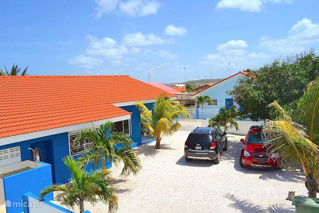 Villa Blou Curacao met ruim voldoende parkeermogelijkheden op het eigen terrein.