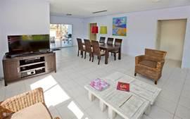 De ruime en lichte huiskamer is voorzien van airco, zodat u ook binnen heerlijk koel bijv. uw favoriete TV programma kunt bekijken.