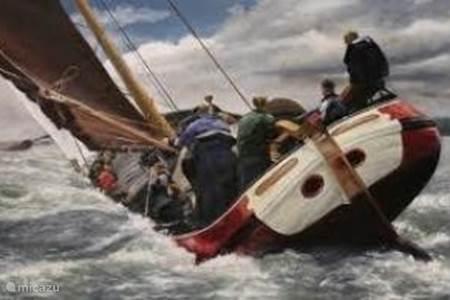Met een boot...