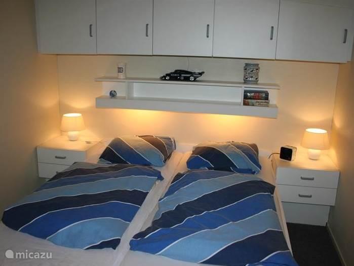 Sfeervolle hoofdslaapkamer met een aparte wastafel.