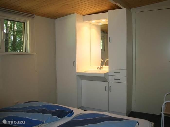Slaapkamer met een aparte wastafel