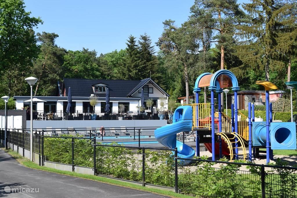 Pool und Planschbecken, in der Mitte des Parks, nur 30 Meter entfernt von unserem Chalet.