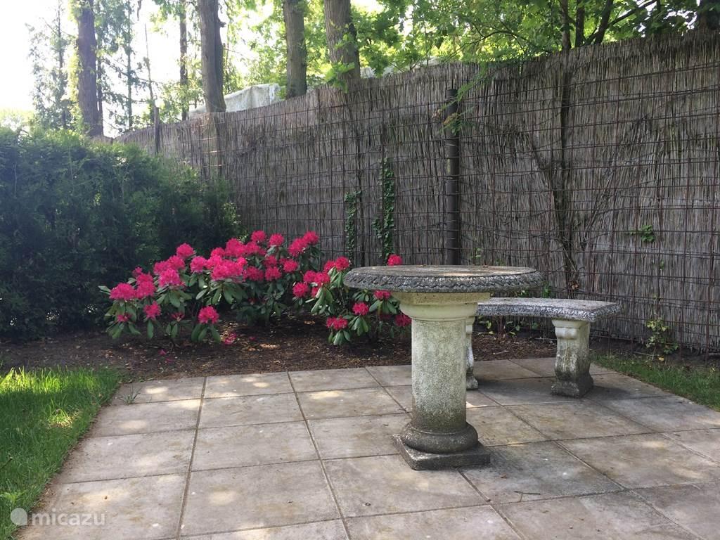 Die Terrasse ist an der Vorderseite des Hauses befindet. Hier können Sie aus den Augen der Passanten. Der Garten ist groß genug, um die Sonne, oder im Schatten zu sehen wünschen. In der Halle werden Sie Stühle mit Kissen zu finden. Sie können dort parken. Eventuell sogar Ihre Fahrräder