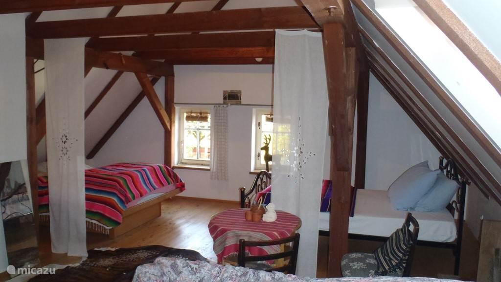 Er is ook een  gezellige grote zolder met meerdere slaapplaatsen.