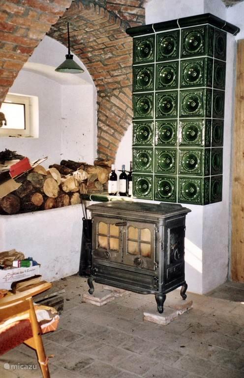 In de eetkamer staat ook  de houtkachel