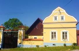 Vooraanzicht op het barokke huisje en de afsluitbare toegangspoort