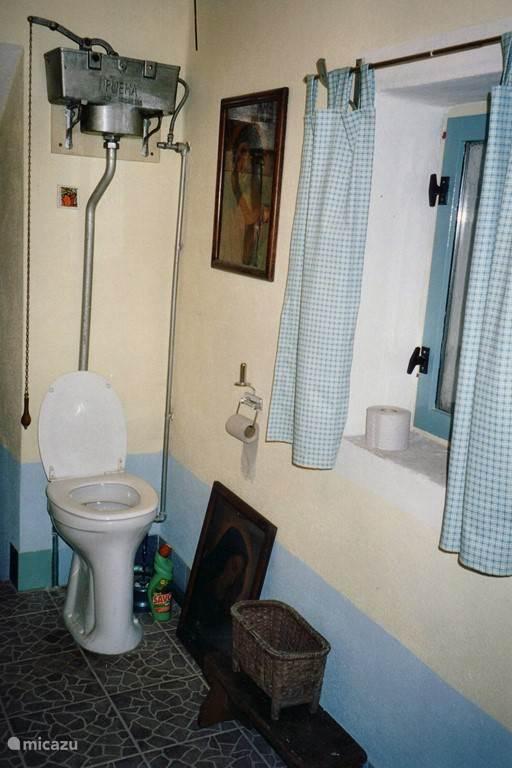 Aangrenzend aan de beide slaapkamers bevindt zich een ruim tweede toilet