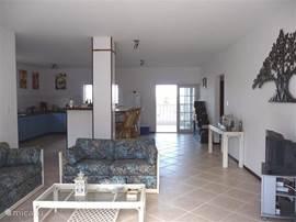 Doorzicht woonkamer en keuken