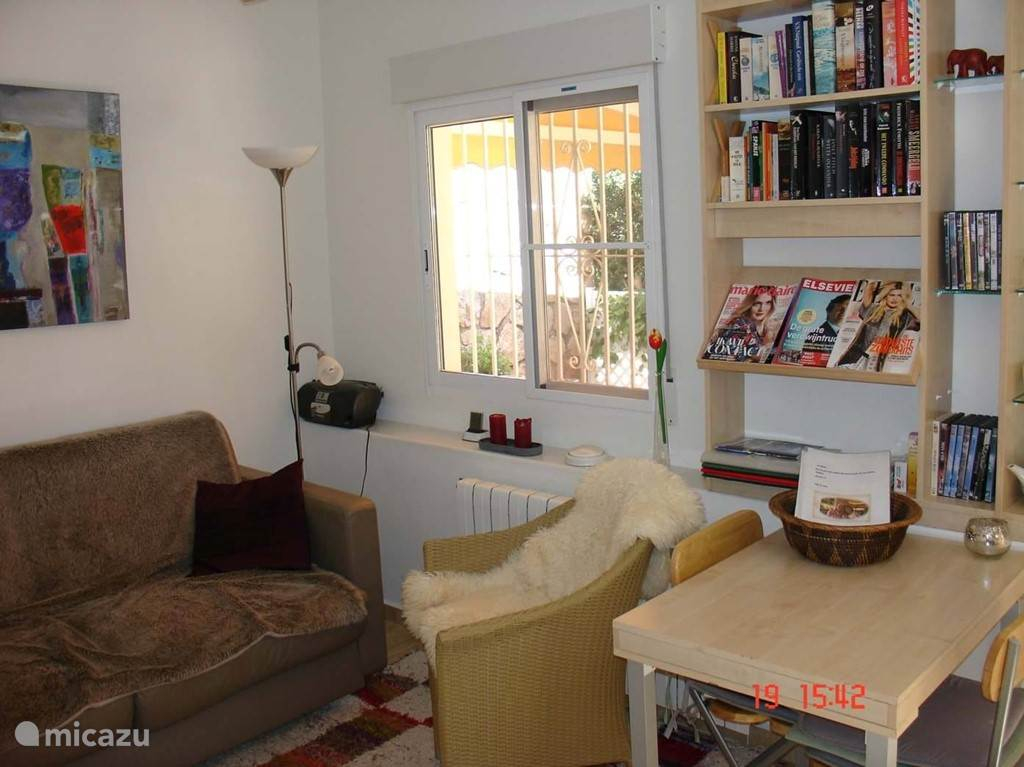 De huiskamer met comfortabele slaapbank voor kinderen of een derde volwassene.
