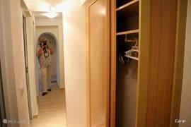 de hal met ruime garderobe-kast