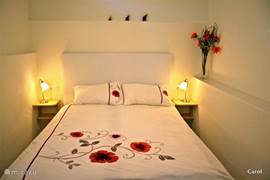 Zeer sfeervolle en intieme slaapkamer, met  een goed tweepersoonsbed