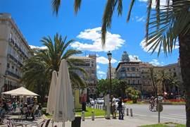 Plaza de La Reina..het toeristische hart van het oude Valencia. Hier stopt o.a. de hop on-hop off bus. Deze rijdt door zowel het oude als nieuwe gedeelte. U kunt naar believen uit en opstappen.
