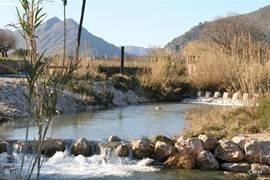 Er stromen diverse rivieren door de Costa en komen veelal uit in zee. Na hevige regenval ,tijdens het najaar kunnen dit geweldige heftige stroomversnellingen worden. Maar in de zomer mag je blij zijn als er nog water in staat.