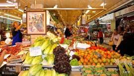 De overdekte markt in Valencia, met al de Spaanse specialiteiten, van verse vis tot gedroogde en gerookte nora's., verse groenten en kleurig fruit, kruiden en gepekelde hammen.
