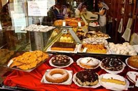 Aan zoetigheden geen gebrek. Lekker ( zoet) eten zal altijd een voorname rol spelen in het leven van de Spaanse bevolking. Rond de merienda ( 5/6 uur am ) drinkt men koffie (of chocolademelk) met taart.