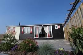 Het privé-chalet is geïnspireerd op de Zeeuwse zwart gepotdekselde woningen in boerenstijl en staat op zo'n 350 m2 grond.