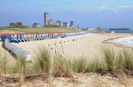 Vlissingen met de boulevard, stranden en zee. Zeeschepen varen zeer dicht tegen de kust aan!