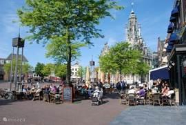 Middelburg is een oude en mooie stad. Of je nu wilt shoppen, terrasje pakken of cultuur wilt opsnuiven in de oude straatjes, er is voor iedereen wat wils.