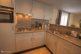 De zeer luxe en grote keuken met alle mogelijke inbouwapparatuur zoals: (hete lucht)oven, grill, magnetron, vaatwasser, afzuigkap etc. Al het keukengerei is aanwezig en voor 8 personen is er service beschikbaar.