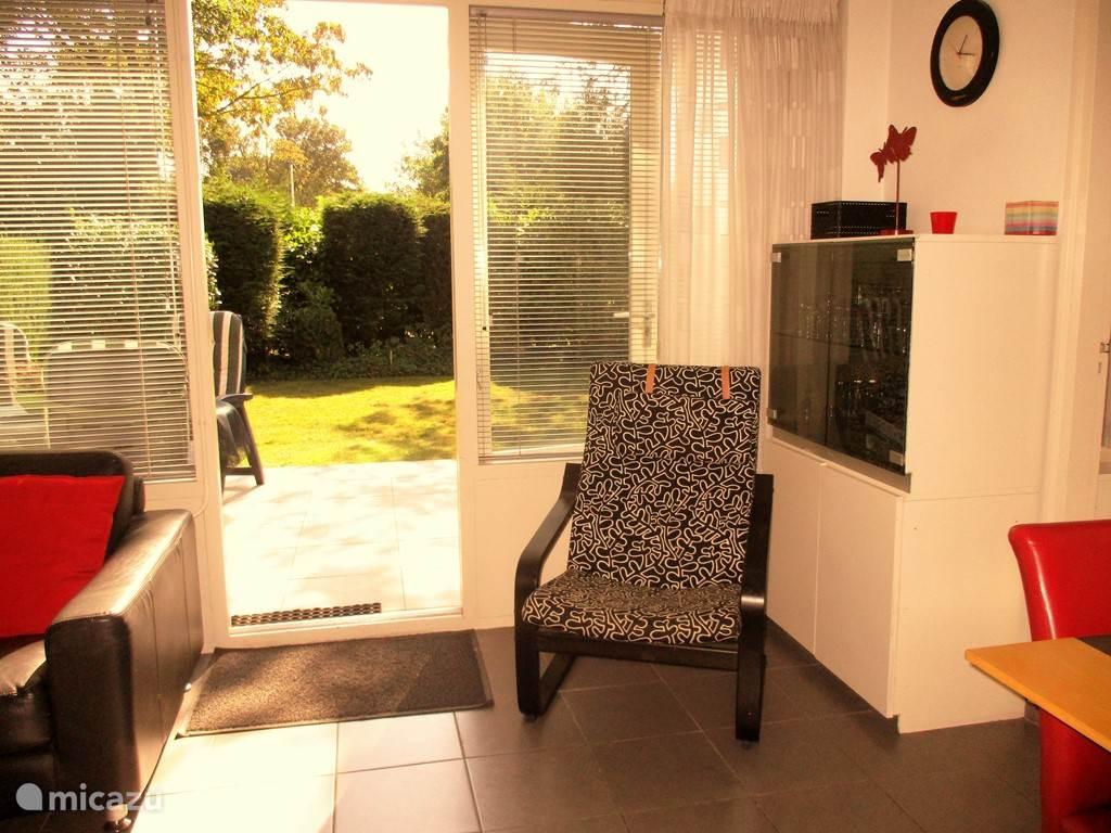 Vanuit de huiskamer bereikt u het zonnige terras aan de voorkant.