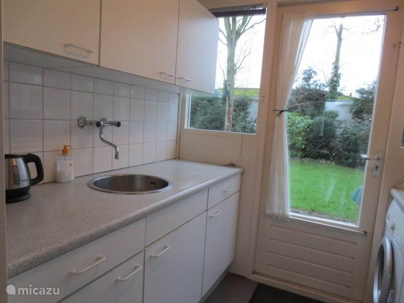 Keukendeur naar de tuin aan de achterkant.  In de keuken o.a. combi- oven-magnetron, wasmachine, vaatwasser en koelkast met vriesvak.