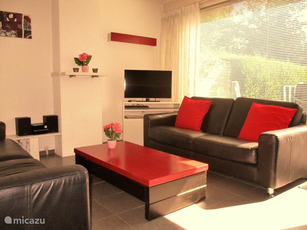 In onze gezellige en modern ingerichte huiskamer vindt u o.a. flatscreen tv, dvd, radio,  cd-speler en gratis wifi.